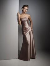 Długa damska suknia wieczorowa w kolorze beżowym