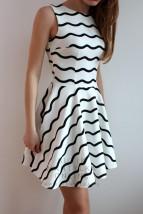 sukienka w biało-czarne paski szyta z koła