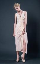 Długa koronkowa lub szyfonowa suknia balowa z dekoltem w szpic